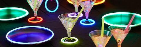 Inspiration til neonfesten med knæklys og drinks