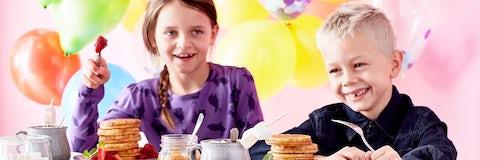 Inviter til fest med masser af pandekager