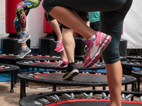 Holdtræning med fitness trampoliner